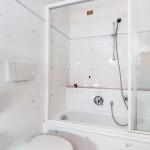 B&B Caldara Cortina: bagno con vasca e schermo doccia, camera matrimoniale