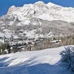 Cortina in inverno, sullo sfondo le Tofane
